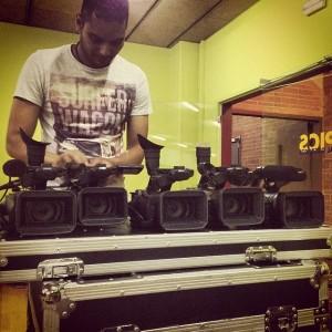 Uno de nuestros operadores de cámara revisando las cinco cámaras para la retransmisión televisiva