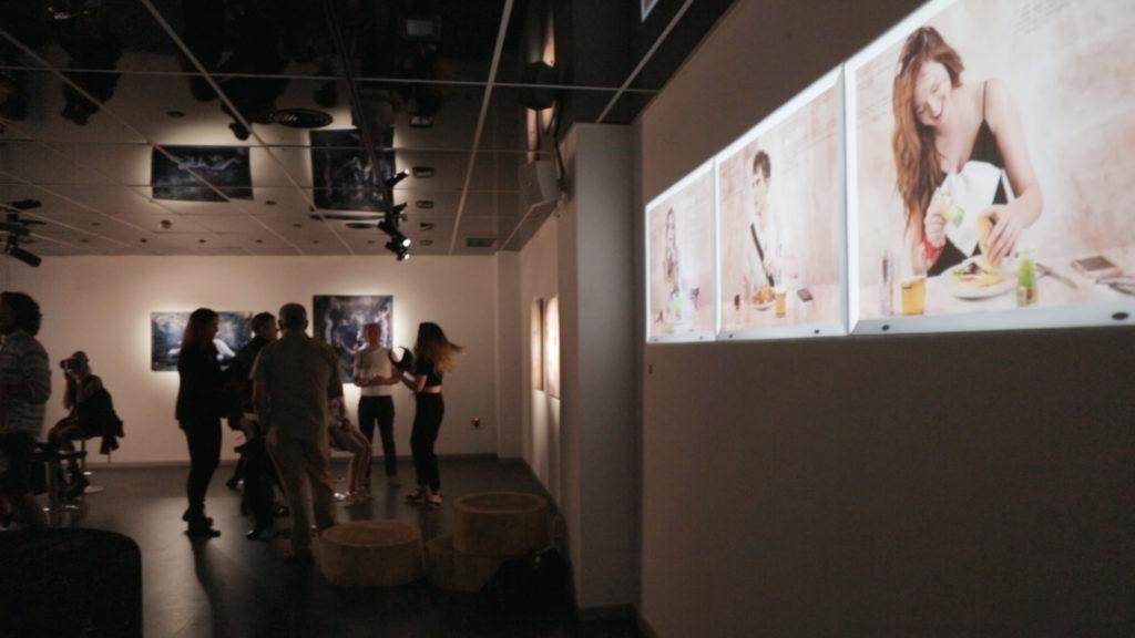 Parte de la exposición y visitantes