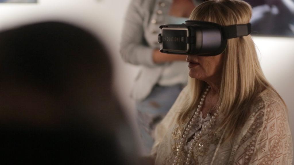 Visitante disfrutando de la exposición en Realidad Virtual (VR)