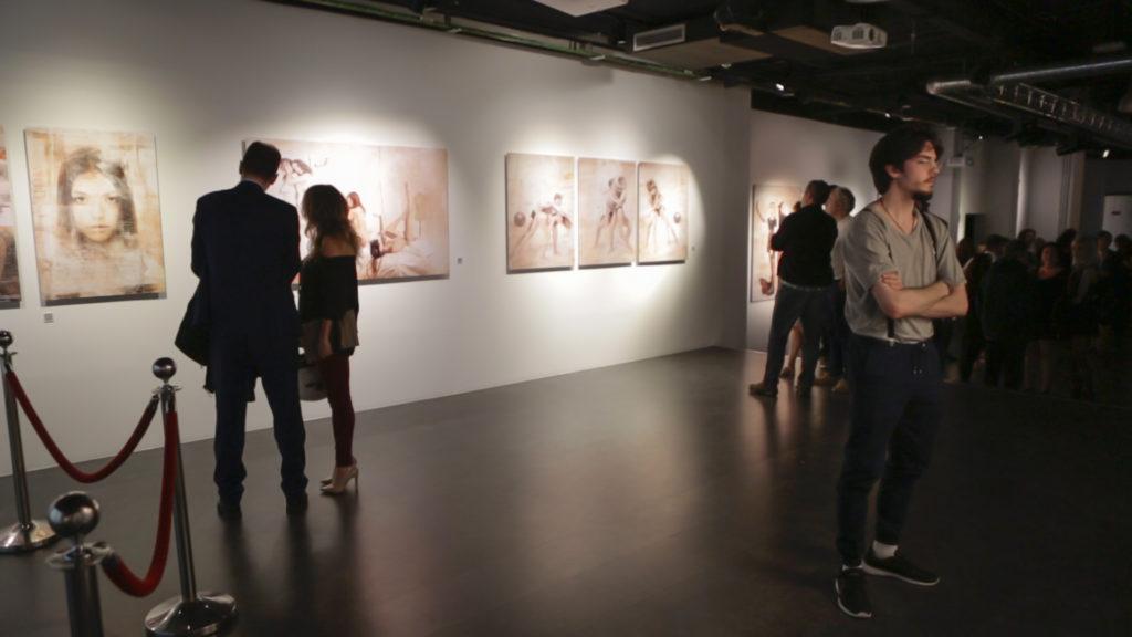 Fotografías y público durante la exposición