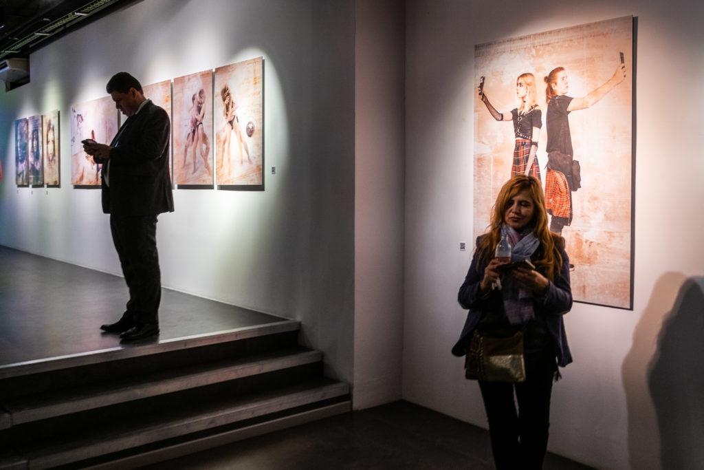 Visitantes a la exposición analizando la obra de Daniel Dicenta Herrera.