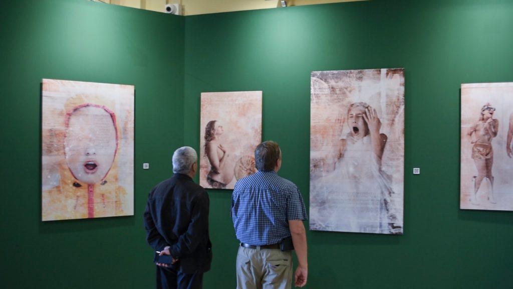 Obras de la exposición y público