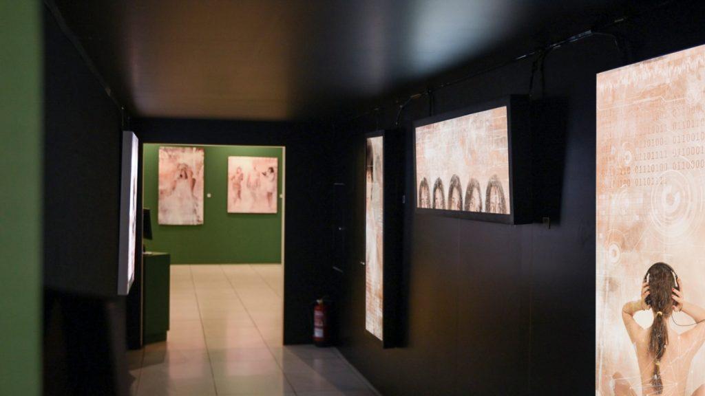 Pasillo con obras de la exposición